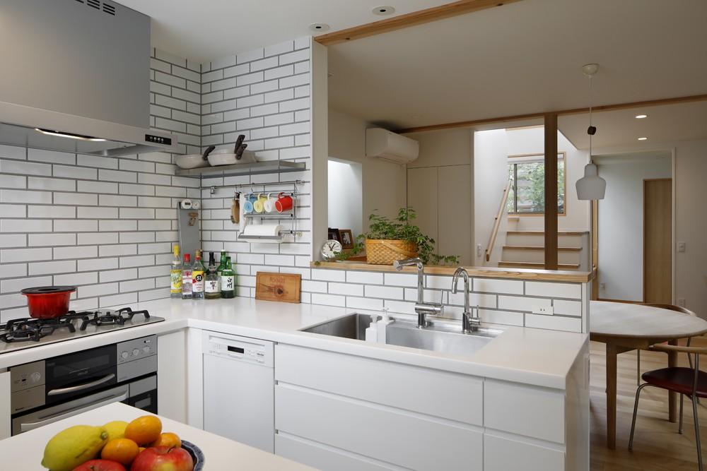 緑に囲まれて暮らす家 (キッチン)