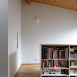 緑に囲まれて暮らす家 (階段上のホール)