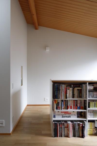 階段上のホール (緑に囲まれて暮らす家)