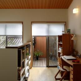 緑に囲まれて暮らす家 (書斎からテラスを見る)