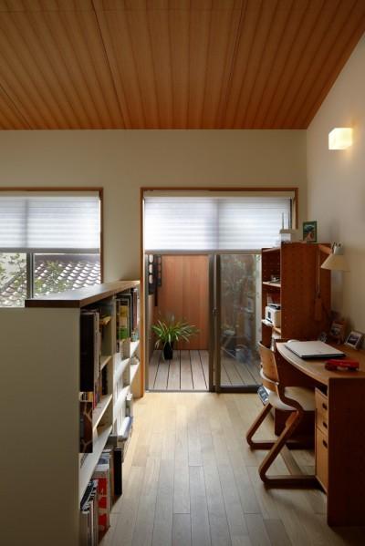 書斎からテラスを見る (緑に囲まれて暮らす家)