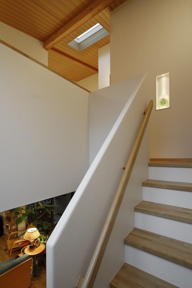 緑に囲まれて暮らす家 (階段)
