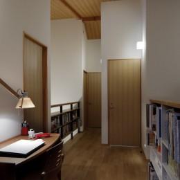 緑に囲まれて暮らす家 (2階廊下)