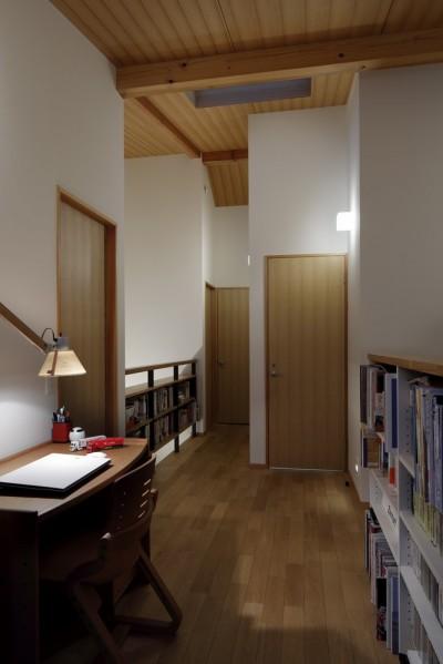 2階廊下 (緑に囲まれて暮らす家)