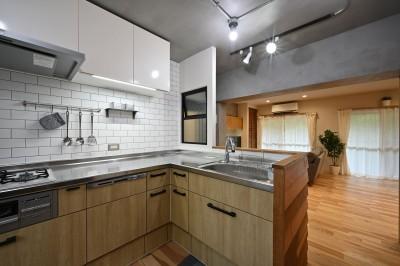 キッチン (築50年の団地を再生                  ~子育て世代に優しい、明るく風通しの良い空間~)