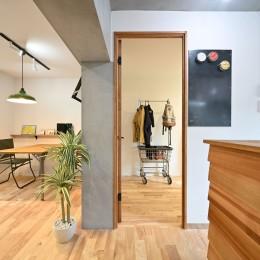 築50年の団地を再生                  ~子育て世代に優しい、明るく風通しの良い空間~ (洋室の入り口)