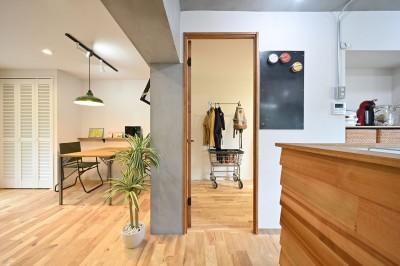 洋室の入り口 (築50年の団地を再生                  ~子育て世代に優しい、明るく風通しの良い空間~)