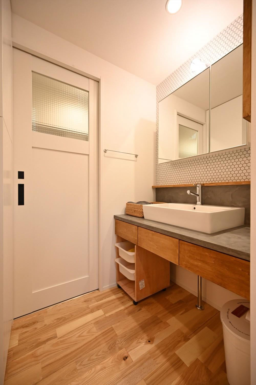 築50年の団地を再生                  ~子育て世代に優しい、明るく風通しの良い空間~ (洗面室)