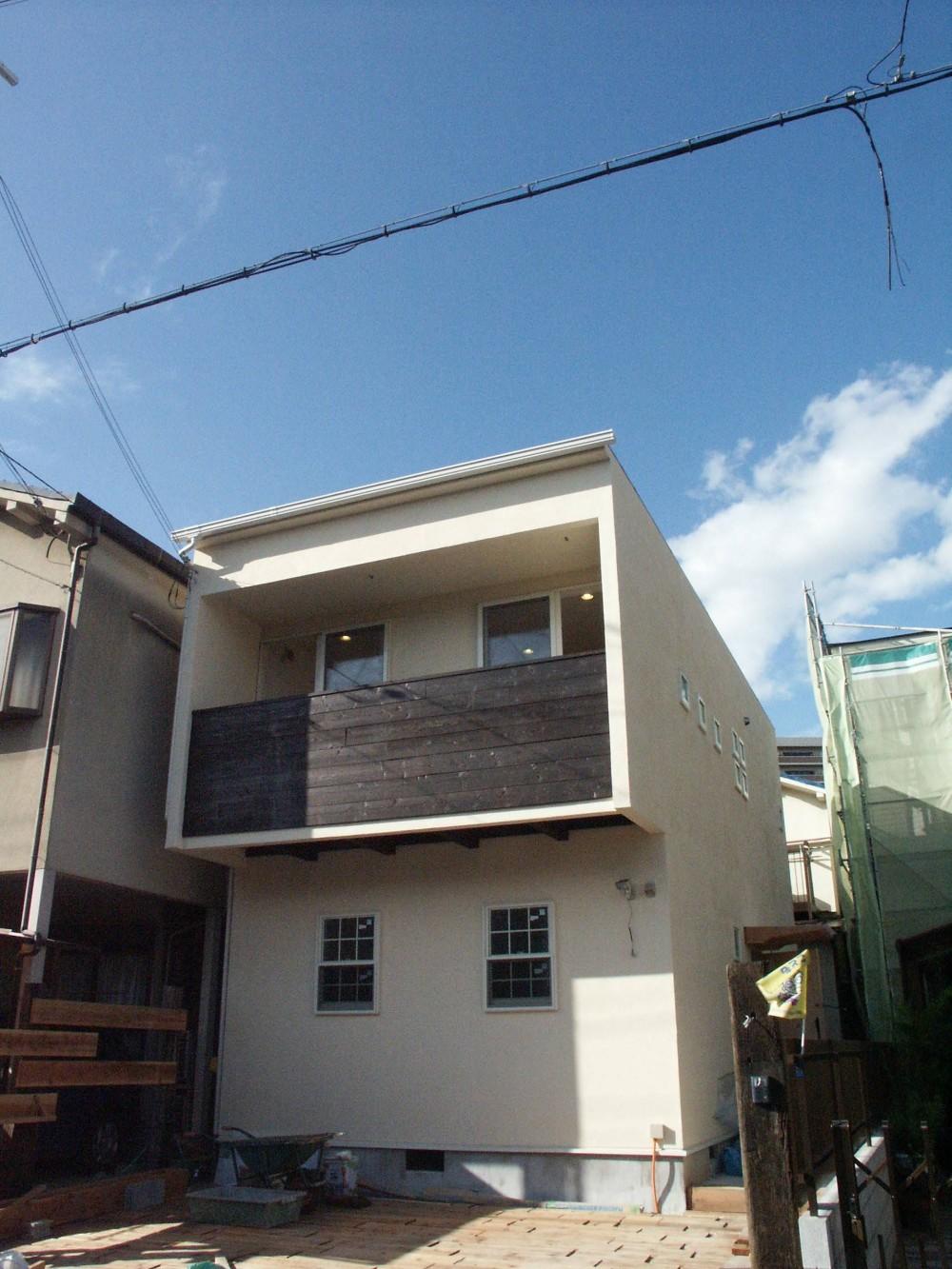 【大阪府】狭小物件を広く見せる光が特徴的な戸建て住宅 (外観)