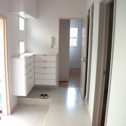 【大阪府】狭小物件を広く見せる光が特徴的な戸建て住宅 (廊下)
