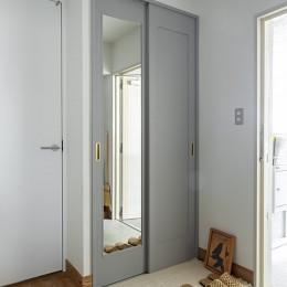 無機質ながらも温かいシンプルヴィンテージ空間 (玄関)