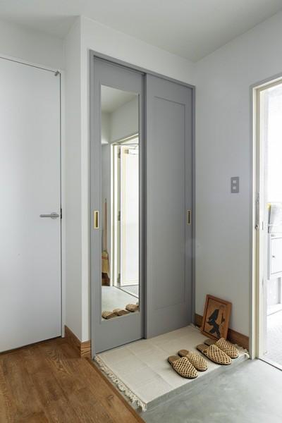 玄関 (無機質ながらも温かいシンプルヴィンテージ空間)