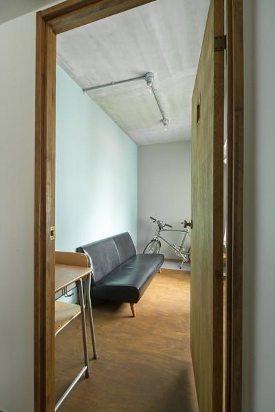個室 (無機質ながらも温かいシンプルヴィンテージ空間)