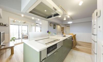 快適とゆとり追求。サンルームのあるセカンドライフリノベーション (開放的に料理と向き合えるオープンなキッチン)