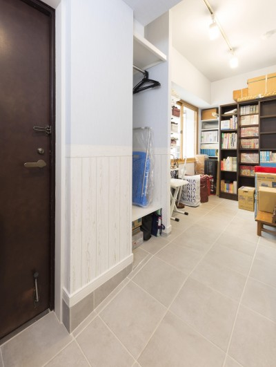 広い玄関土間で、明るさも収納力もアップ (快適とゆとり追求。サンルームのあるセカンドライフリノベーション)