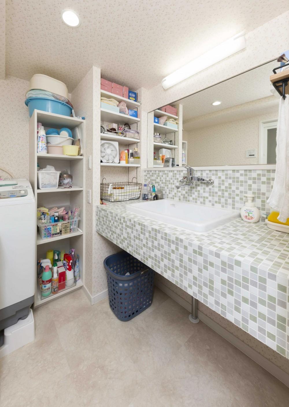 快適とゆとり追求。サンルームのあるセカンドライフリノベーション (さわやかなモザイクタイルの洗面スペース)