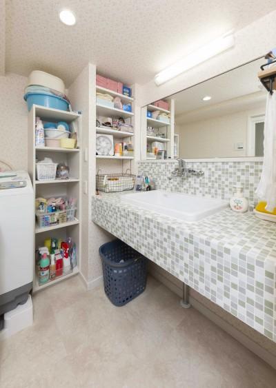 さわやかなモザイクタイルの洗面スペース (快適とゆとり追求。サンルームのあるセカンドライフリノベーション)