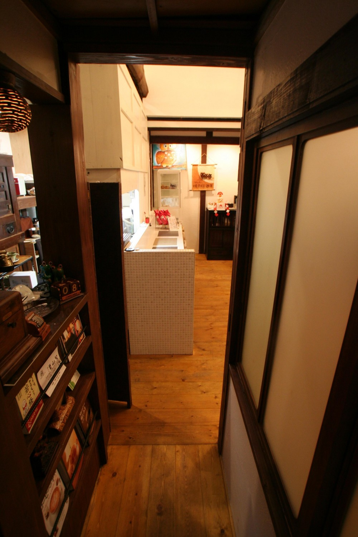 【茨木市 店舗】築80年の古民家を居心地良いカフェにリノベーション (カフェ 通路 玄関から店内へ)