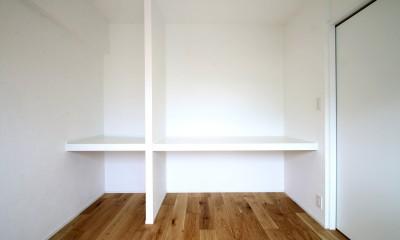 白×グレーで清潔感ある空間へ (寝室兼WIC)