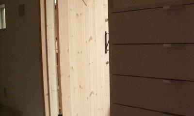 【大阪府】狭小物件を広く見せる光が特徴的な戸建て住宅 (玄関ドア)