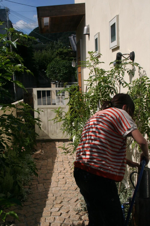 【箕面市】自然をふんだん取り込んだ注文住宅 (アプローチ)