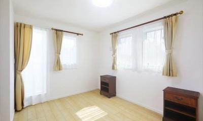 練馬・パティオのある光と風の家 (二階寝室からベランダへ)