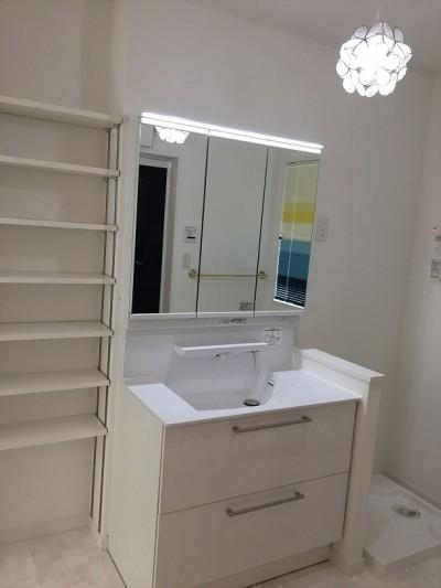 2F洗面室にニッチ収納棚 (練馬・パティオのある光と風の家)