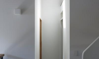 小さな吹抜けとペレットストーブの家 (2階廊下)