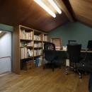 小さな吹抜けとペレットストーブの家の写真 書斎