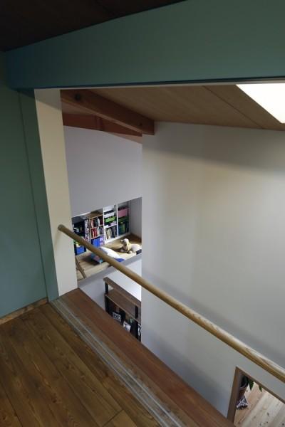 書斎からの見下ろし (小さな吹抜けとペレットストーブの家)