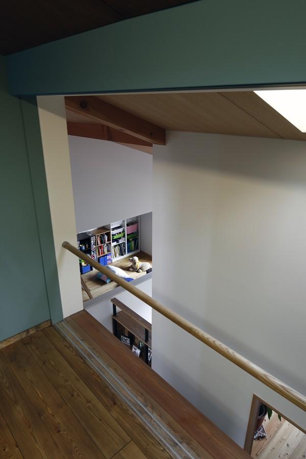 小さな吹抜けとペレットストーブの家 (書斎からの見下ろし)