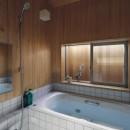 小さな吹抜けとペレットストーブの家の写真 浴室