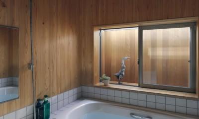 小さな吹抜けとペレットストーブの家 (浴室)