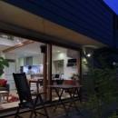 小さな吹抜けとペレットストーブの家の写真 テラス夕景
