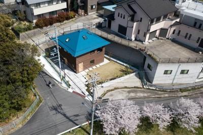 四つ角の家|家の中に4つの小さな家がある住宅【大阪府堺市】 (俯瞰。変形敷地の中に整形の建物を置く。北側斜線一杯のボリューム。)