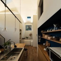 四つ角の家|家の中に4つの小さな家がある住宅【大阪府堺市】 (汚れが気になるキッチンの床は四半敷きのタイル。バックセットのニッチはブルーに塗装。)