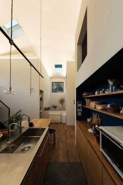 汚れが気になるキッチンの床は四半敷きのタイル。バックセットのニッチはブルーに塗装。 (四つ角の家|家の中に4つの小さな家がある住宅【大阪府堺市】)