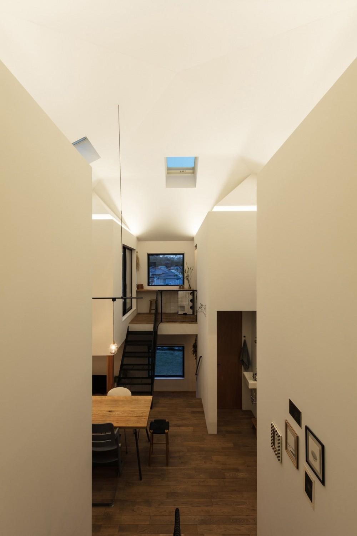 四つ角の家|家の中に4つの小さな家がある住宅【大阪府堺市】 (夕景。4つの小さな家が発光する。)