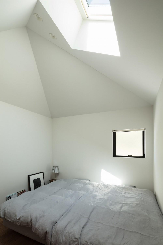 四つ角の家|家の中に4つの小さな家がある住宅【大阪府堺市】 (小さな家の中。トップライトから光が射す。)