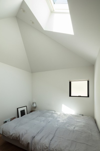 小さな家の中。トップライトから光が射す。 (四つ角の家|家の中に4つの小さな家がある住宅【大阪府堺市】)
