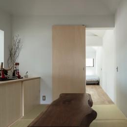 四つ角の家|家の中に4つの小さな家がある住宅【大阪府堺市】 (和室。お施主様がお持ちのブラックウォルナット天板に合わせてアイアン脚をデザイン。)