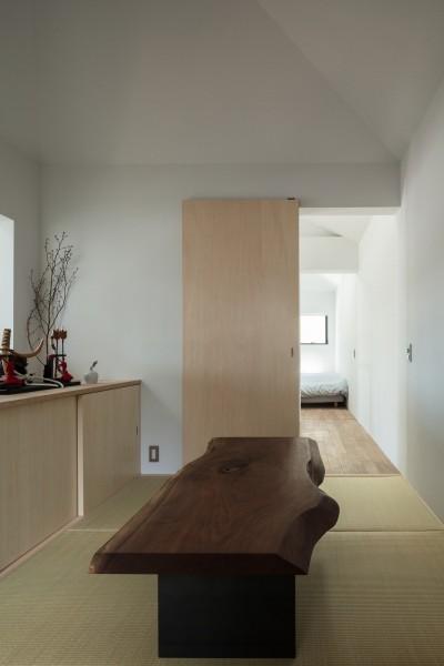 和室。お施主様がお持ちのブラックウォルナット天板に合わせてアイアン脚をデザイン。 (四つ角の家|家の中に4つの小さな家がある住宅【大阪府堺市】)