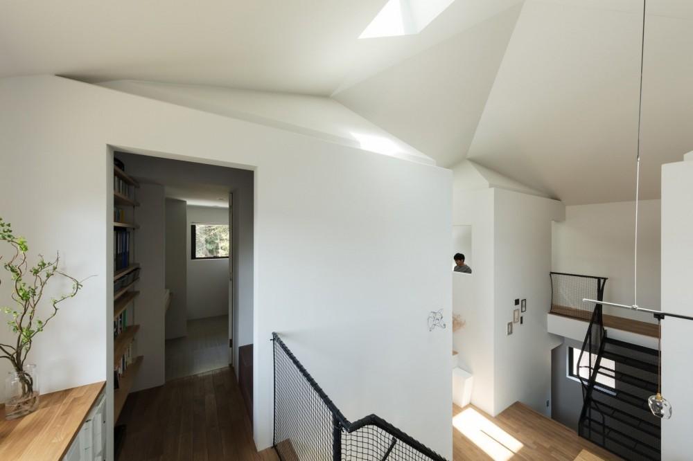 四つ角の家|家の中に4つの小さな家がある住宅【大阪府堺市】 (洗面室の手前から箱階段を上がって納戸へつながる。)