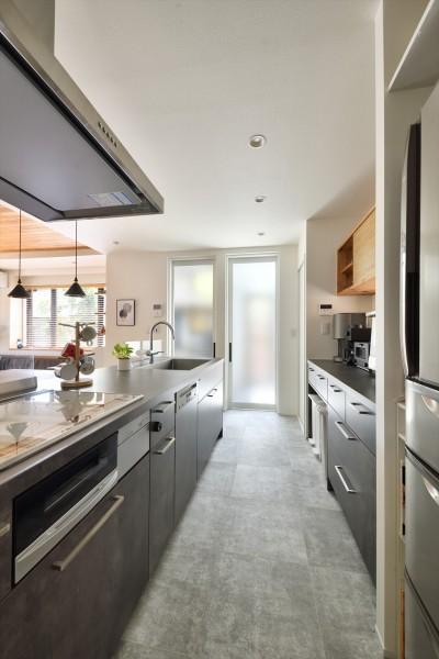 キッチン (Y邸_家事動線は働く主婦の強い味方)