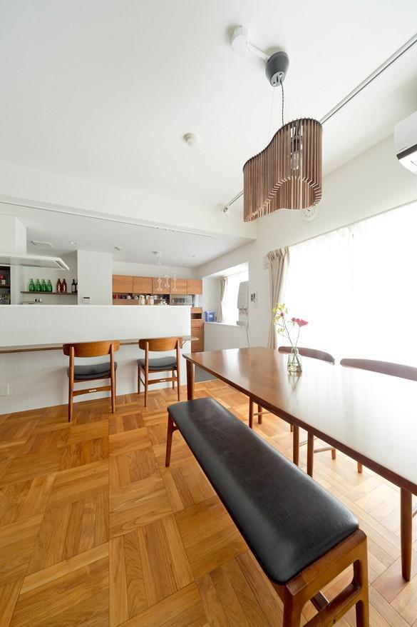 カリモク60の家具映えるパーケット床 (リビングダイニング)