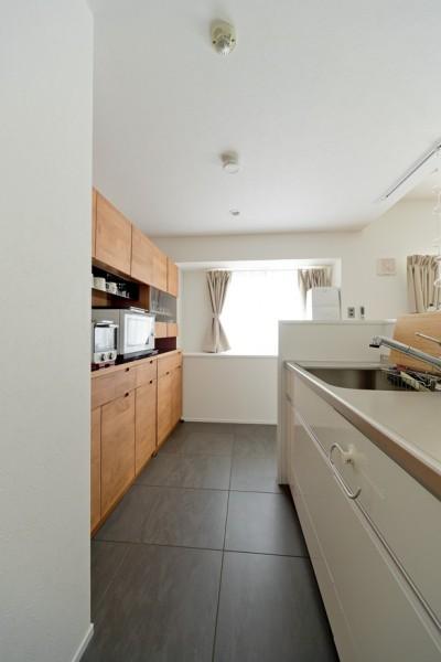 キッチン (カリモク60の家具映えるパーケット床)