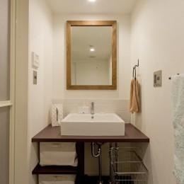 カリモク60の家具映えるパーケット床 (洗面)
