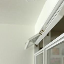 カリモク60の家具映えるパーケット床 (室内窓)