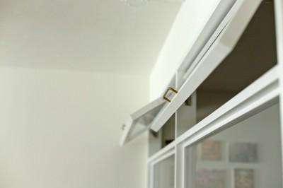 室内窓 (カリモク60の家具映えるパーケット床)