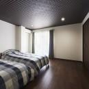 アイリッシュバーを再現したおしゃれなゲストルームの写真 寝室